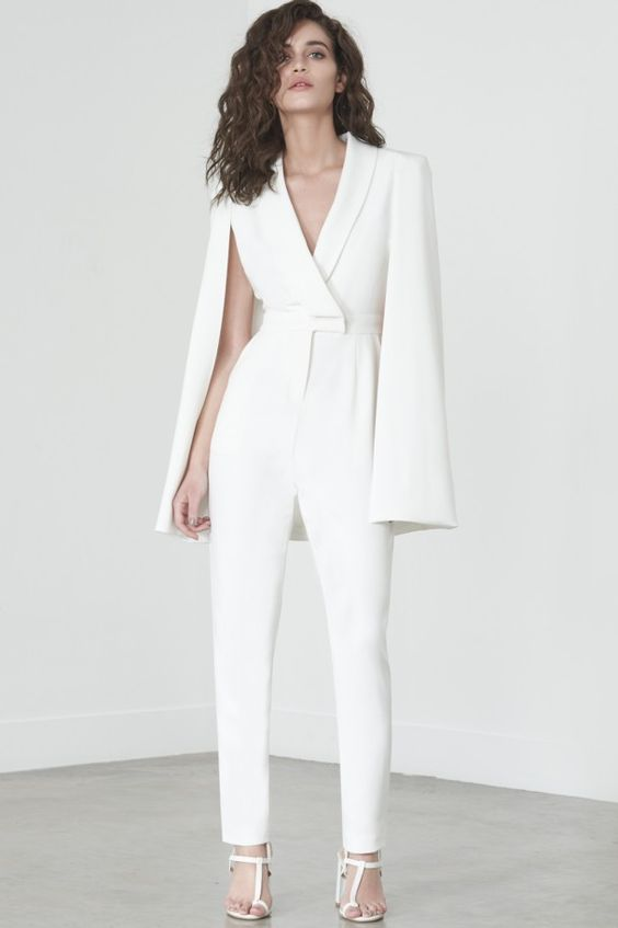e48cd181f Atrévete por un look no tan convencional pero si genial usando un traje con  pantalón o un jumpsuit blanco